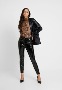 ONLY - ONLBEA GLAZED PANT - Pantalones - black - 2