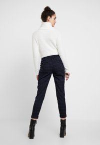 ONLY - ONLABBIE CHECK PANT - Broek - night sky - 3