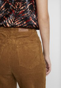ONLY - ONLEMILY STRAIGHT PANT - Trousers - tobacco brown - 5