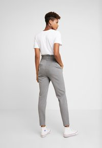 ONLY - ONLPOPTRASH EASY PAPERBAG PANT - Pantalones - medium grey melange - 3