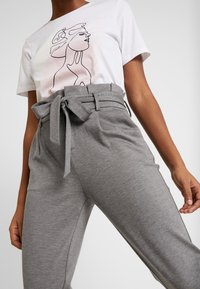 ONLY - ONLPOPTRASH EASY PAPERBAG PANT - Pantalones - medium grey melange - 5