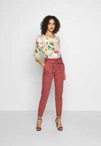 ONLY - ONLPOPTRASH EASY PAPERBAG PANT - Pantalon classique - apple butter - 1