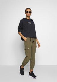 ONLY - ONLGLOWING CARGO PANTS - Pantalones - kalamata - 1