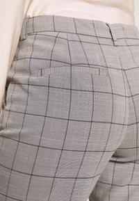 ONLY - ONLSARAH CHECK PANT - Bukse - light grey melange/black - 4