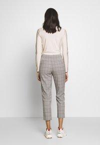 ONLY - ONLSARAH CHECK PANT - Bukse - light grey melange/black - 2