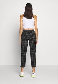 ONLY - ONLSARAH CHECK PANT - Bukse - black/creme - 2