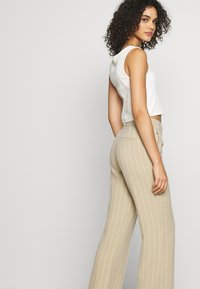 ONLY - ONQVILMA PINSTRIPE PANT - Pantalones - chinchilla/cloud dancer - 3