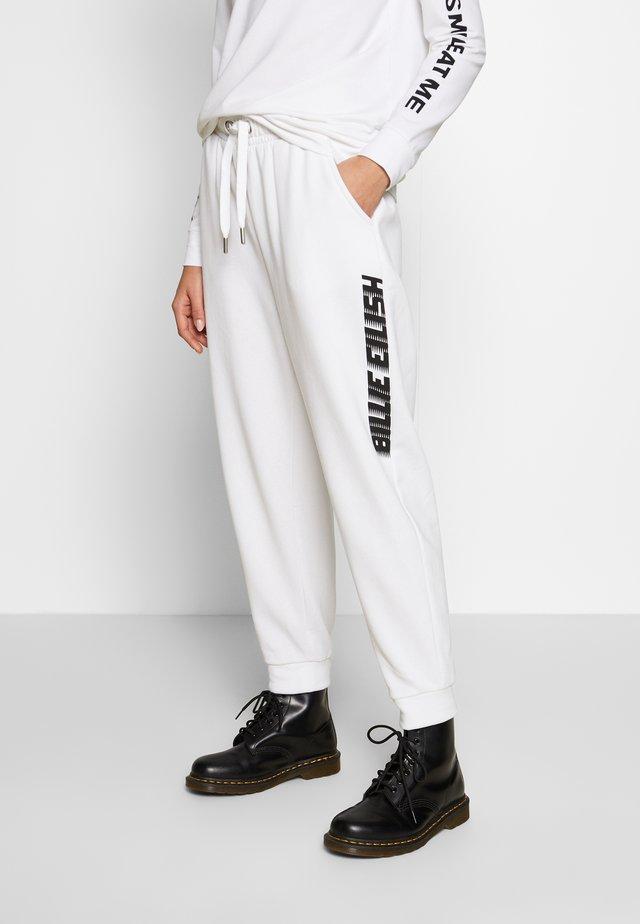 ONLBILLIE EILISH LOGO PANTS - Pantaloni sportivi - bright white