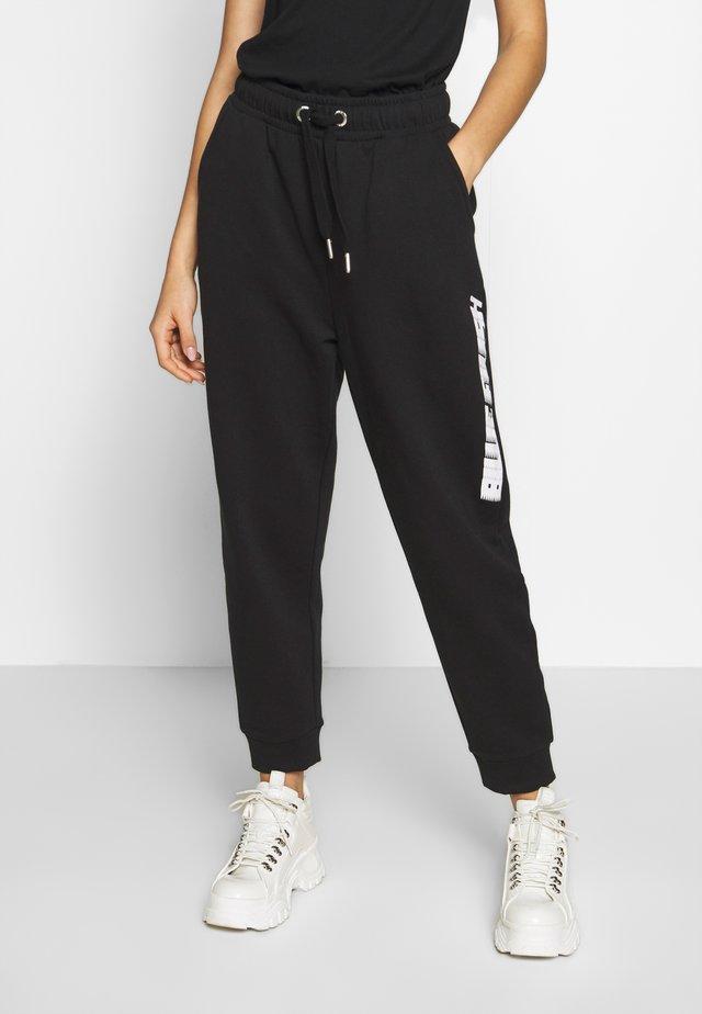 ONLBILLIE EILISH LOGO PANTS - Pantalones deportivos - black