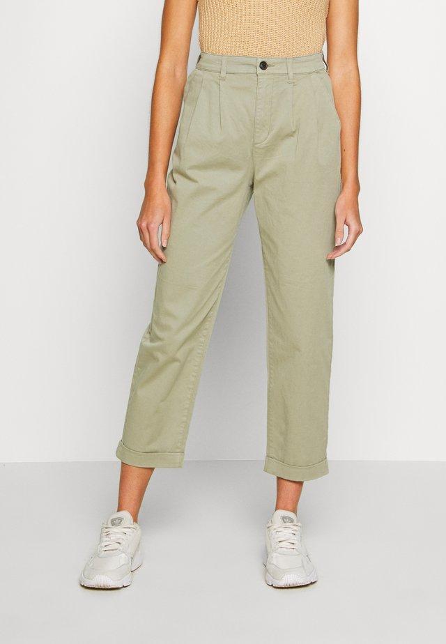 ONLCAROLINE CARROT PANT - Pantalones - silver sage