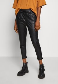 ONLY - ONLPOPTRASH  PANT  - Spodnie materiałowe - black - 0