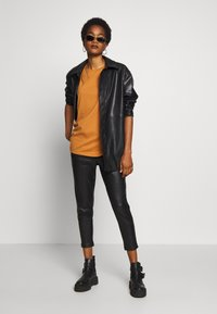 ONLY - ONLPOPTRASH  PANT  - Spodnie materiałowe - black - 1