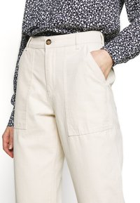 ONLY - ONLDAMIA KOMBAT LIFE BARREL - Trousers - whitecap gray - 4