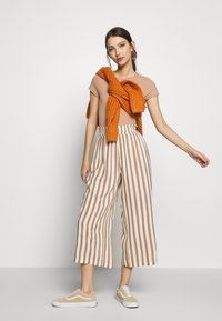ONLY - ONLASTRID CULOTTE PANTS  - Spodnie materiałowe - cloud dancer/beige stripes - 1