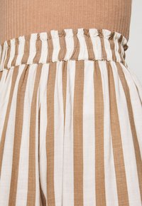 ONLY - ONLASTRID CULOTTE PANTS  - Spodnie materiałowe - cloud dancer/beige stripes - 4