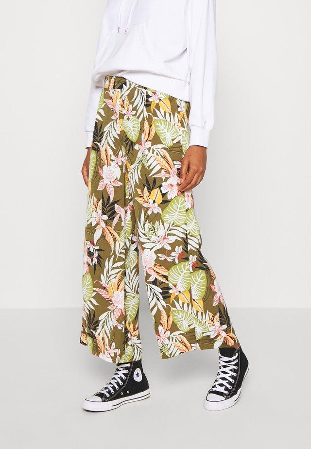 ONLLIZBETH CROPPED PANT - Pantalones - kalamata
