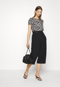 ONLY - ONLTHEIA JOURNEY LIFE CULOTTE - Trousers - black - 1