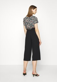 ONLY - ONLTHEIA JOURNEY LIFE CULOTTE - Trousers - black - 2