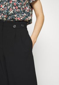 ONLY - ONLTHEIA JOURNEY LIFE CULOTTE - Trousers - black - 4
