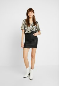 ONLY - ONLFIA COATED SKIRT - Minirok - black - 1