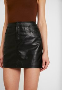 ONLY - ONLLENA LEATHER SHORT SKIRT  - Falda de tubo - black - 4
