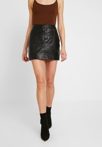 ONLY - ONLLENA LEATHER SHORT SKIRT  - Falda de tubo - black - 0