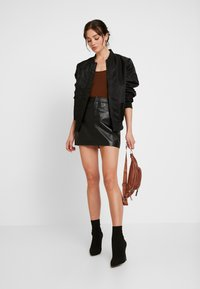 ONLY - ONLLENA LEATHER SHORT SKIRT  - Falda de tubo - black - 1