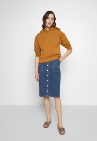 ONLY - ONLFLAKE SLIM SKIRT - Pouzdrová sukně - medium blue denim - 1