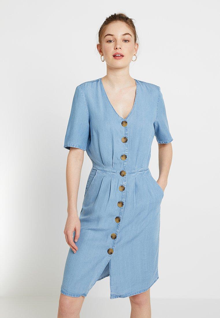 ONLY - ONLLOLA BUTTON V NECK DRESS - Dongerikjole - light blue denim
