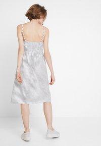 ONLY - ONLLUNA STRAP STRIPE DRESS - Skjortekjole - white - 3