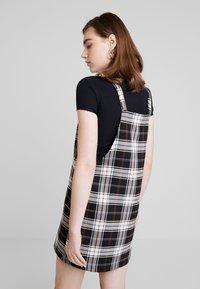 ONLY - ONLFRIDA CHECK SPENCER DRESS - Vestido informal - peyote/moonless night/ketchup - 2