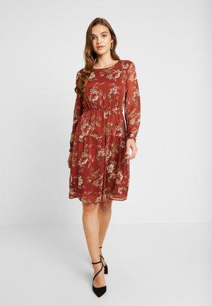 ONLCLEO KNEE SMOCK DRESS - Vapaa-ajan mekko - picante