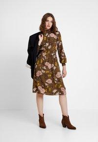 ONLY - ONLNOVA HIGHNECK DRESS - Robe chemise - beech - 2