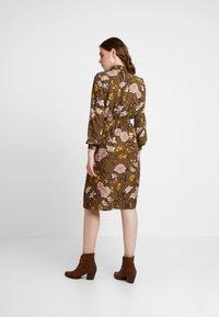 ONLY - ONLNOVA HIGHNECK DRESS - Robe chemise - beech - 3