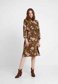 ONLY - ONLNOVA HIGHNECK DRESS - Robe chemise - beech - 0