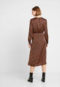 ONLY - ONLALEXA MIDI DRESS - Korte jurk - leather brown/mini graphic - 3