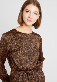 ONLY - ONLALEXA MIDI DRESS - Korte jurk - leather brown/mini graphic - 4