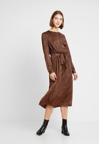 ONLY - ONLALEXA MIDI DRESS - Korte jurk - leather brown/mini graphic - 0