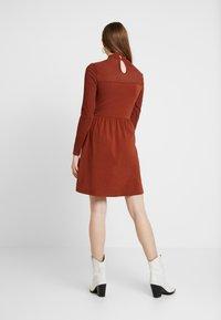 ONLY - ONLNIELLA DRESS - Trikoomekko - brown patina - 3