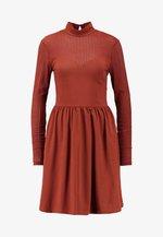 ONLNIELLA DRESS - Žerzejové šaty - brown patina