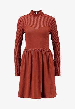 ONLNIELLA DRESS - Trikoomekko - brown patina