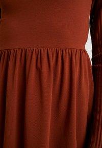 ONLY - ONLNIELLA DRESS - Trikoomekko - brown patina - 4