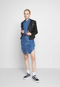 ONLY - ONLFBELISIMA KNEE DRESS - Košilové šaty - light blue denim - 1