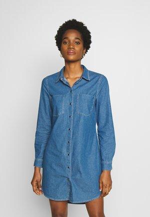 ONLHENNA SASSY BELT DRESS - Vestido vaquero - medium blue denim