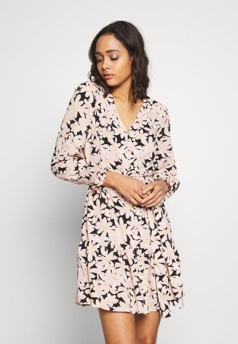 ONLY - ONLLILA  SHORT DRESS - Korte jurk - black/big flowers