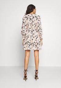 ONLY - ONLLILA  SHORT DRESS - Korte jurk - black/big flowers - 2