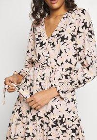 ONLY - ONLLILA  SHORT DRESS - Korte jurk - black/big flowers - 5