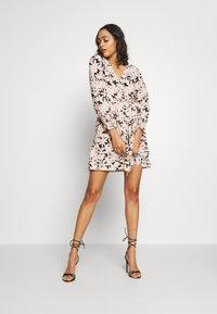 ONLY - ONLLILA  SHORT DRESS - Korte jurk - black/big flowers - 1