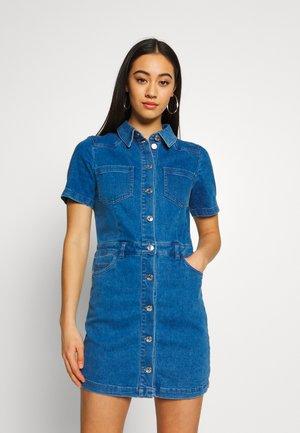 ONLCLEVA MEDI WAIST DRESS - Vestido vaquero - medium blue denim