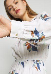 ONLY - ONLCARRIE TIE SHORT DRESS - Kjole - cloud dancer/nature mix - 6